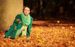Mujer joven que se relaja en parque otoñal Fotografía de archivo