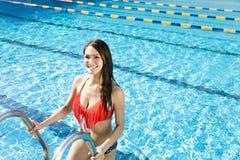 Mujer joven que se relaja en piscina Foto de archivo