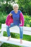 Mujer joven que se relaja en un parque Fotos de archivo libres de regalías