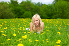 Mujer joven que se relaja en un prado verde Fotografía de archivo