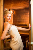 Mujer joven que se relaja en una sauna Fotos de archivo