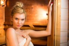 Mujer joven que se relaja en una sauna Imagenes de archivo