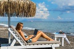 Mujer joven que se resuelve el vacaciones Fotos de archivo libres de regalías