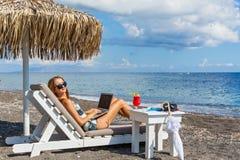 Mujer joven que se resuelve el vacaciones Imágenes de archivo libres de regalías
