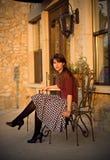 Mujer joven que se sienta afuera imagen de archivo