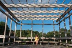Mujer joven que se sienta afuera Imagen de archivo libre de regalías