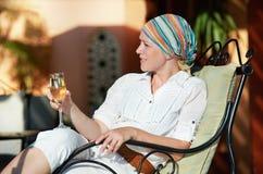 Mujer con el vidrio de vino en el centro turístico de vacaciones imagen de archivo
