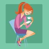 Mujer joven que se sienta con una taza de café o de té y leída los mes Imagen de archivo libre de regalías