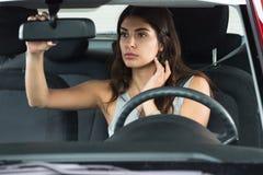 Mujer joven que se sienta dentro del coche fotos de archivo
