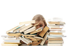 Mujer joven que se sienta detrás de los libros Imagen de archivo libre de regalías