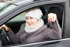 Conductor con llave del coche en vehículo Foto de archivo