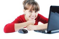 Mujer joven que se sienta en el escritorio Imagen de archivo