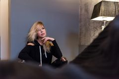 Mujer joven que se sienta en el piso Imagen de archivo libre de regalías