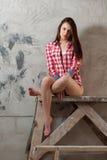 Mujer joven que se sienta en el vector del decorador Imagen de archivo libre de regalías