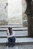 Mujer joven que se sienta en los pasos de progresión Imagen de archivo