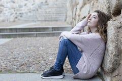 Mujer joven que se sienta en los pasos de progresión Fotos de archivo libres de regalías