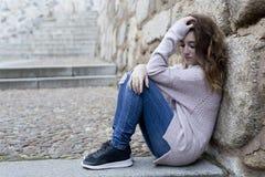 Mujer joven que se sienta en los pasos de progresión Fotografía de archivo