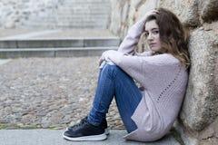 Mujer joven que se sienta en los pasos de progresión Imágenes de archivo libres de regalías