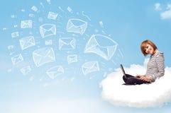 Mujer joven que se sienta en nube con el ordenador portátil Fotos de archivo libres de regalías
