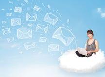 Mujer joven que se sienta en nube con el ordenador portátil Foto de archivo