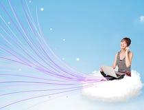 Mujer joven que se sienta en nube con el ordenador portátil Fotografía de archivo