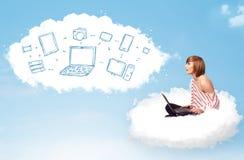 Mujer joven que se sienta en nube con el ordenador portátil Foto de archivo libre de regalías