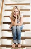 Mujer joven que se sienta en pasos de progresión foto de archivo libre de regalías