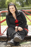 Mujer joven que se sienta en patio Imagenes de archivo