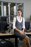 Mujer joven que se sienta en sala de ordenadores de la biblioteca fotos de archivo libres de regalías