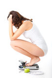 Mujer joven que se sienta en sus caderas en una escala Foto de archivo libre de regalías