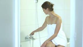 Mujer joven que se sienta en un bathtube almacen de metraje de vídeo