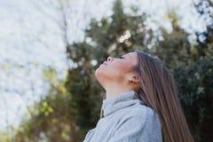 Mujer joven que se sienta en una piedra grande Fotos de archivo