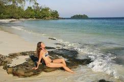 Mujer joven que se sienta en una playa de la isla de Rong de la KOH, Camboya Fotografía de archivo