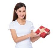 Mujer joven que se sostiene con el giftbox Foto de archivo libre de regalías