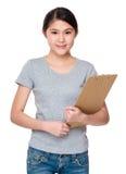 Mujer joven que se sostiene con el tablero Foto de archivo