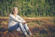 Mujer joven que sienta forma de vida al aire libre del viaje solamente que camina Fotos de archivo libres de regalías