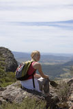 Mujer joven que sienta marrón del Mt Fotos de archivo