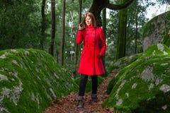 Mujer joven que siente caminar triste solamente en la trayectoria de bosque fotos de archivo