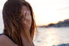Mujer joven que siente triste Foto de archivo