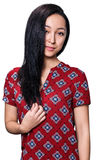 Mujer joven que sonríe con el pelo negro rizado Imagen de archivo libre de regalías
