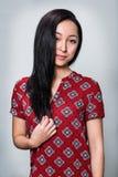 Mujer joven que sonríe con el pelo negro rizado Foto de archivo libre de regalías