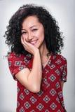 Mujer joven que sonríe con el pelo negro rizado Fotos de archivo libres de regalías