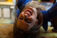 Mujer joven que sonríe encima de lado abajo Imágenes de archivo libres de regalías