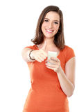 Mujer joven que sonríe usando el teléfono móvil Fotos de archivo