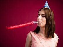 Mujer joven que sopla en silbido del partido Imagen de archivo libre de regalías