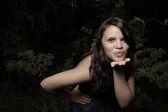 Mujer joven que sopla un beso Imagen de archivo libre de regalías