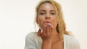 Mujer joven que sopla un beso almacen de metraje de vídeo