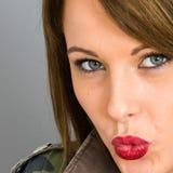 Mujer joven que sopla un beso que parece sensual fotos de archivo