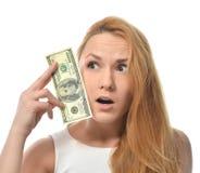 Mujer joven que soporta el dinero del efectivo de cientos dólares de disponible Foto de archivo libre de regalías