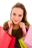 Mujer joven que sostiene bolsos de compras. Fotos de archivo libres de regalías